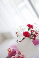 花束とプレゼントとメッセージカード