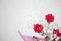 カーネーションとかすみ草の花束