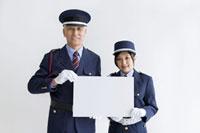 ホワイトボードを持つ警備員の男性と女性
