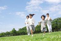 ジョギングしている家族