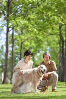 犬と戯れる中高年夫婦