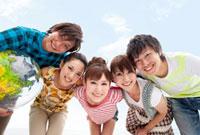笑顔で肩を組む若者グループ