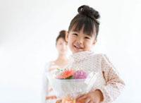 ブーケを持っている女の子と母親