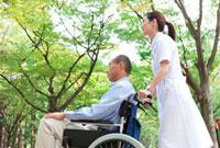 車いすに乗っている男性と看護師