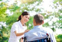 車いすに乗っている男性と看護師 07800012378| 写真素材・ストックフォト・画像・イラスト素材|アマナイメージズ