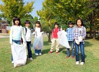 ゴミ拾いをする小学生