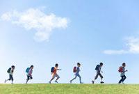 土手を走る小学生