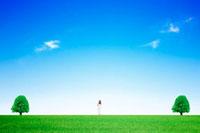 芝生の上に立っている女性