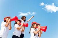 メガホンで応援する体操服姿の小学生