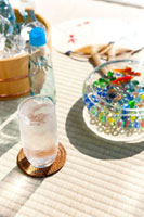 グラスに注がれたラムネと金魚