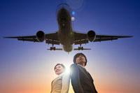 ビジネスウーマンとビジネスマンと飛行機