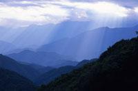 山並みと光芒