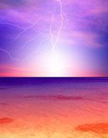 海の上に落ちる雷 合成