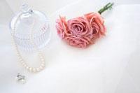 ネックレスとイヤリングと花束