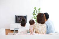 リビングでテレビを見ている家族