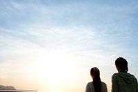 夕焼けと若者カップルのシルエット 07800016104| 写真素材・ストックフォト・画像・イラスト素材|アマナイメージズ
