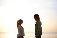 夕焼けと若者カップルのシルエット 07800016106| 写真素材・ストックフォト・画像・イラスト素材|アマナイメージズ