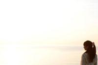 夕焼けと若者女性のシルエット 07800016107| 写真素材・ストックフォト・画像・イラスト素材|アマナイメージズ