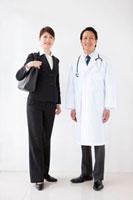 医師とビジネスウーマン