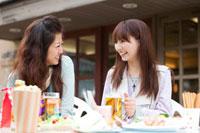 オープンカフェで会話する日本人女性2人