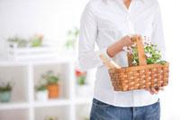 花の入った籠を持つ女性