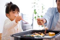 夕食を食べる女の子