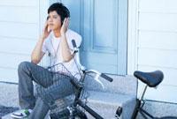 ヘッドホンで音楽を聴く若者男性