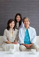 ソファーに座っている笑顔の家族