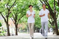 ジョギングをする中高年の夫婦 07800018522| 写真素材・ストックフォト・画像・イラスト素材|アマナイメージズ