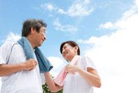 青空と中高年の夫婦
