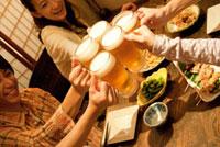 居酒屋で乾杯する若者グループ