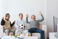 TV観戦している中高年男性3人