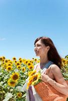 笑顔の女性とヒマワリ畑