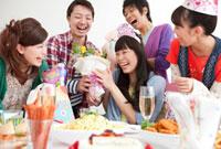 誕生日の女性にプレゼントを渡す男女 07800019818  写真素材・ストックフォト・画像・イラスト素材 アマナイメージズ