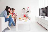 テレビを見ている女性3人 07800019851| 写真素材・ストックフォト・画像・イラスト素材|アマナイメージズ