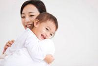赤ちゃんを抱っこしている母
