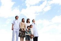 中高年男性医師と男性看護師と3世代家族