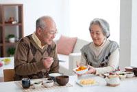 朝食を食べる笑顔の老夫婦