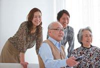 テレビを見る笑顔の家族