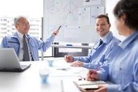 会議をするビジネスマンとビジネスウーマン