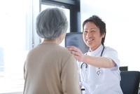 シニア女性を診察する男性医師