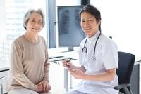 笑顔のシニア女性と男性医師