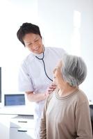 見つめ合うシニア女性と男性医師
