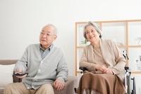 テレビを見る老夫婦