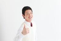 親指を立てる男子中高生