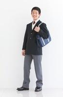 かばんを持っている男子中高生