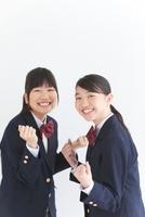 ガッツポーズする女子中高生2人