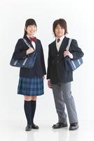 かばんを持っている男女中高生2人