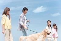 散歩する家族と犬