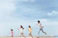 砂浜を走る家族